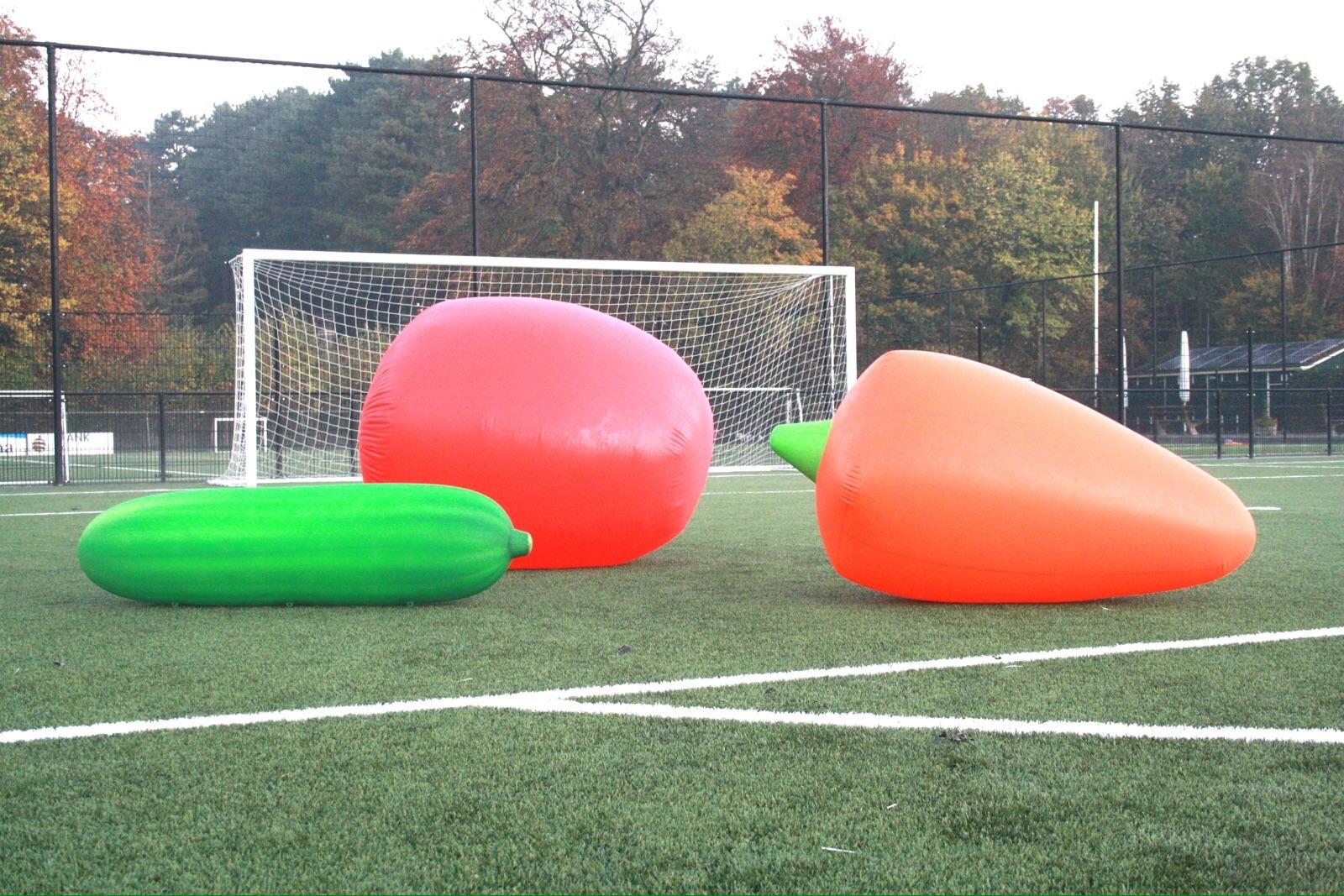 Bij een samplingdag worden teams verrast door enorme grote Tommies snackgroenten op het veld.